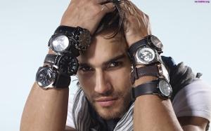 przystojny-mezczyzna-zegarki-mlody