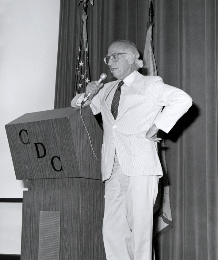 https://upload.wikimedia.org/wikipedia/commons/1/13/Jonas_Salk_1988.jpg