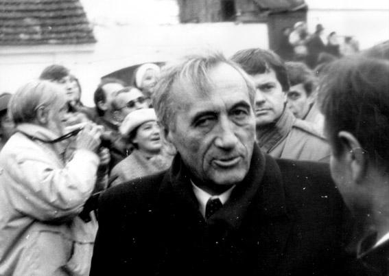 https://upload.wikimedia.org/wikipedia/commons/d/df/Tadeusz_Mazowiecki_nah.jpg