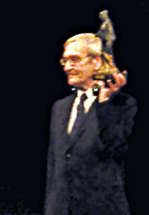 Obraz zawierający osoba, mężczyzna, stojąceOpis wygenerowany przy wysokim poziomie pewności