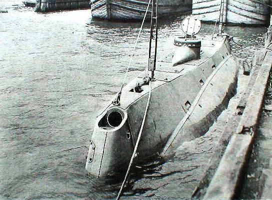 https://upload.wikimedia.org/wikipedia/commons/1/10/USS_Holland_%28SS-1%29_-_Scientific_American_1898.jpg