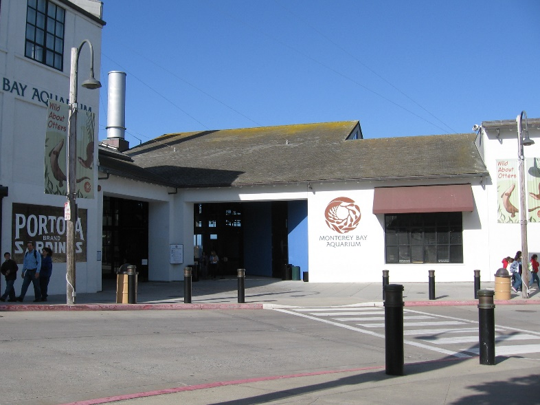 https://upload.wikimedia.org/wikipedia/commons/7/71/Monterey_Bay_Aquarium_Front.JPG