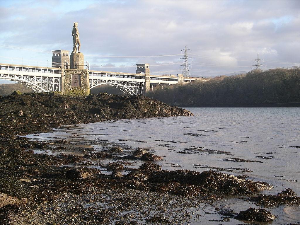 https://upload.wikimedia.org/wikipedia/commons/thumb/3/35/Britannia_Bridge_and_Nelson_memorial_3.JPG/1024px-Britannia_Bridge_and_Nelson_memorial_3.JPG
