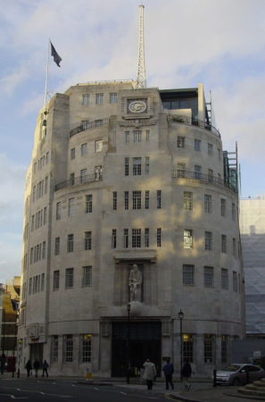 https://upload.wikimedia.org/wikipedia/commons/thumb/b/b8/BBC_Broadcasting_House.jpg/800px-BBC_Broadcasting_House.jpg