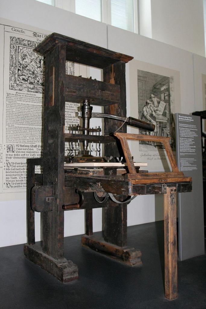 https://upload.wikimedia.org/wikipedia/commons/thumb/1/17/Handtiegelpresse_von_1811.jpg/800px-Handtiegelpresse_von_1811.jpg