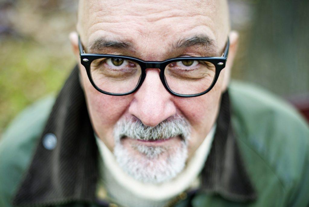 Obraz zawierający osoba, okulary, mężczyzna, noszenieOpis wygenerowany przy bardzo wysokim poziomie pewności
