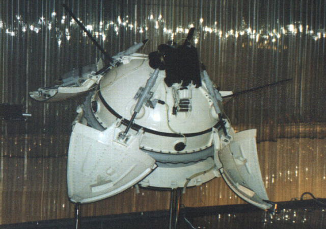https://upload.wikimedia.org/wikipedia/commons/8/8d/Mars3_lander_vsm.jpg