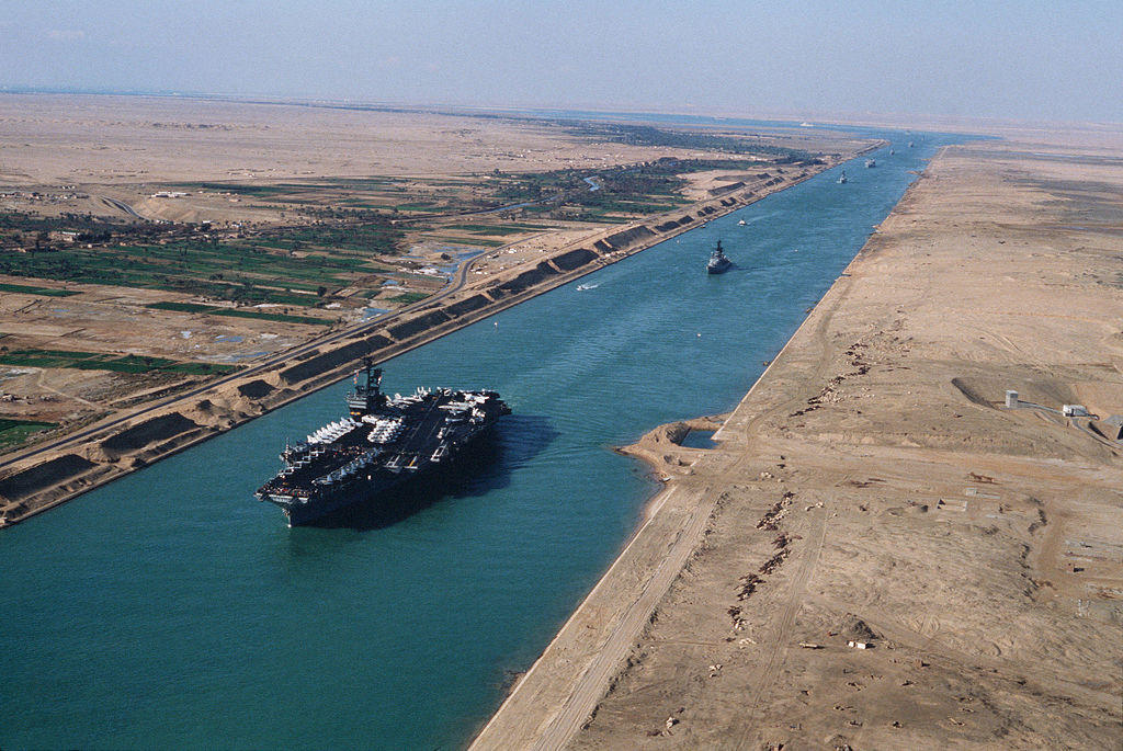 https://upload.wikimedia.org/wikipedia/commons/thumb/8/82/USS_America_%28CV-66%29_in_the_Suez_canal_1981.jpg/1024px-USS_America_%28CV-66%29_in_the_Suez_canal_1981.jpg