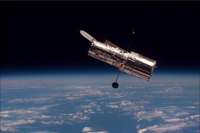 https://upload.wikimedia.org/wikipedia/commons/thumb/3/32/Hubble_01.jpg/1024px-Hubble_01.jpg