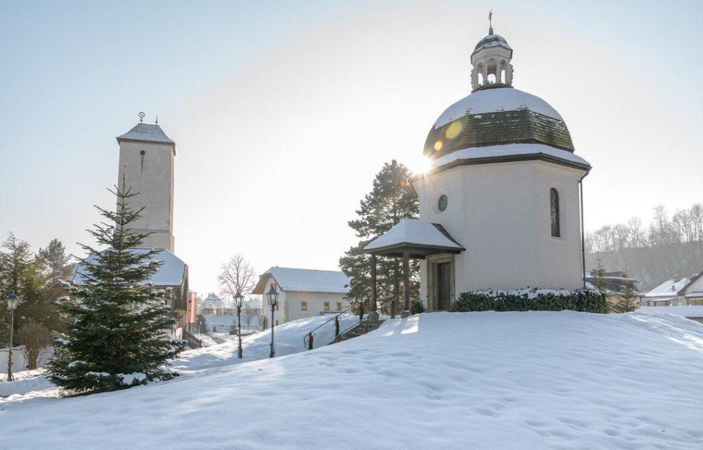 Obraz zawierający śnieg, zewnętrzne, drzewo, nieboOpis wygenerowany przy bardzo wysokim poziomie pewności