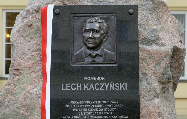 Znalezione obrazy dla zapytania kaczyński pomnik ratusz