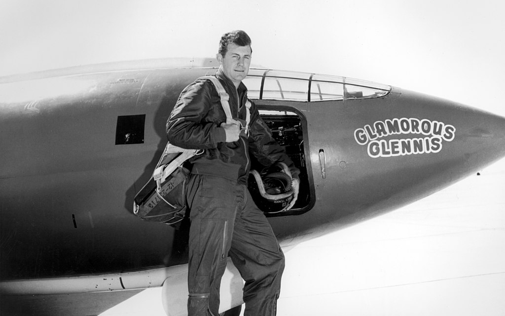 https://upload.wikimedia.org/wikipedia/commons/thumb/7/7a/Chuck_Yeager.jpg/1024px-Chuck_Yeager.jpg