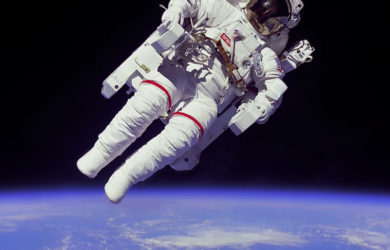 https://upload.wikimedia.org/wikipedia/commons/thumb/9/9c/Astronaut-EVA_edit.jpg/800px-Astronaut-EVA_edit.jpg