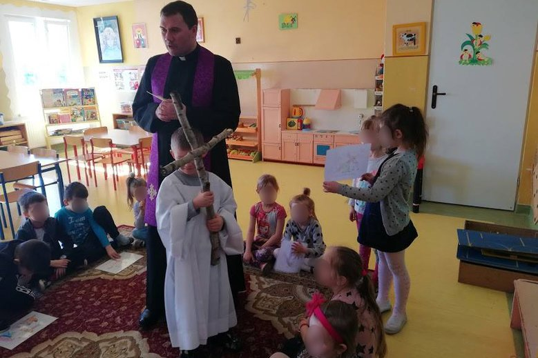 Parafia Chełmża zorganizowała drogę krzyżową wprzedszkolu