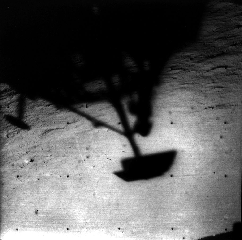 https://upload.wikimedia.org/wikipedia/commons/thumb/3/36/Surveyor_1_shadow_lunarsurface.jpg/1024px-Surveyor_1_shadow_lunarsurface.jpg