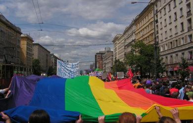 https://upload.wikimedia.org/wikipedia/commons/thumb/5/59/Warszawa.ParadaRownosci2006wz3.jpg/1024px-Warszawa.ParadaRownosci2006wz3.jpg