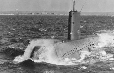 https://upload.wikimedia.org/wikipedia/commons/e/ef/USS_Nautilus_SSN-571_-underway.jpg