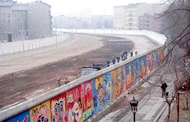 https://upload.wikimedia.org/wikipedia/commons/5/5d/Berlinermauer.jpg