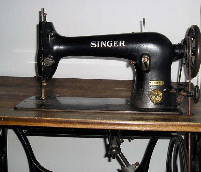 https://upload.wikimedia.org/wikipedia/commons/thumb/e/e8/Singer_sewing_machine_detail1.jpg/1024px-Singer_sewing_machine_detail1.jpg
