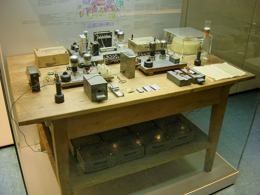 https://upload.wikimedia.org/wikipedia/commons/thumb/2/23/Nuclear_Fission_Experimental_Apparatus_1938_-_Deutsches_Museum_-_Munich.jpg/1024px-Nuclear_Fission_Experimental_Apparatus_1938_-_Deutsches_Museum_-_Munich.jpg