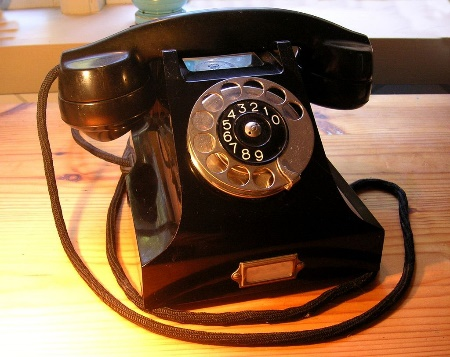 https://upload.wikimedia.org/wikipedia/commons/thumb/b/bd/Ericsson_bakelittelefon_1931.jpg/1024px-Ericsson_bakelittelefon_1931.jpg