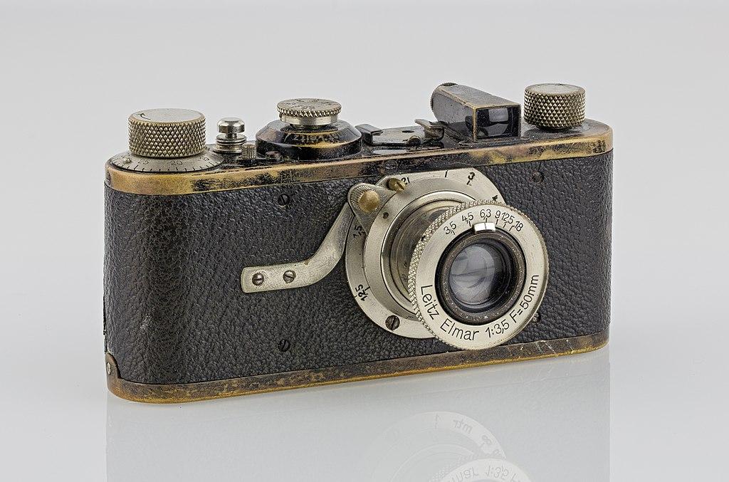 https://upload.wikimedia.org/wikipedia/commons/thumb/9/95/LEI0060_186_Leica_I_Sn.5193_1927_Originalzustand_Front-2_FS-15.jpg/1024px-LEI0060_186_Leica_I_Sn.5193_1927_Originalzustand_Front-2_FS-15.jpg