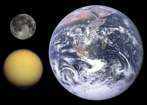 https://upload.wikimedia.org/wikipedia/commons/thumb/b/b4/Titan%2C_Earth_%26_Moon_size_comparison.jpg/800px-Titan%2C_Earth_%26_Moon_size_comparison.jpg