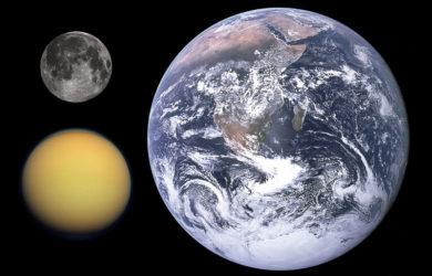 https://upload.wikimedia.org/wikipedia/commons/thumb/b/b4/Titan%2C_Earth_%26_Moon_size_comparison.jpg/800px-Titan%2C_Earth_%26_Moon_size_comparison.jpg