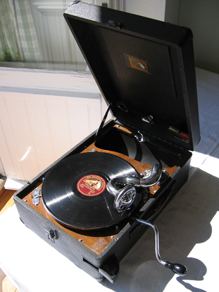 https://upload.wikimedia.org/wikipedia/commons/b/be/Portable_78_rpm_record_player.jpg