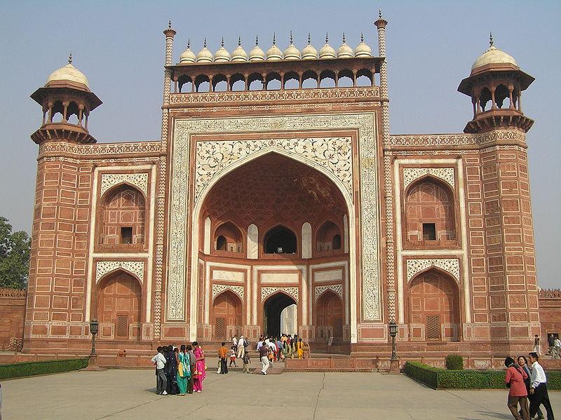 https://upload.wikimedia.org/wikipedia/commons/thumb/d/d5/Brama_taj_mahal.jpg/800px-Brama_taj_mahal.jpg