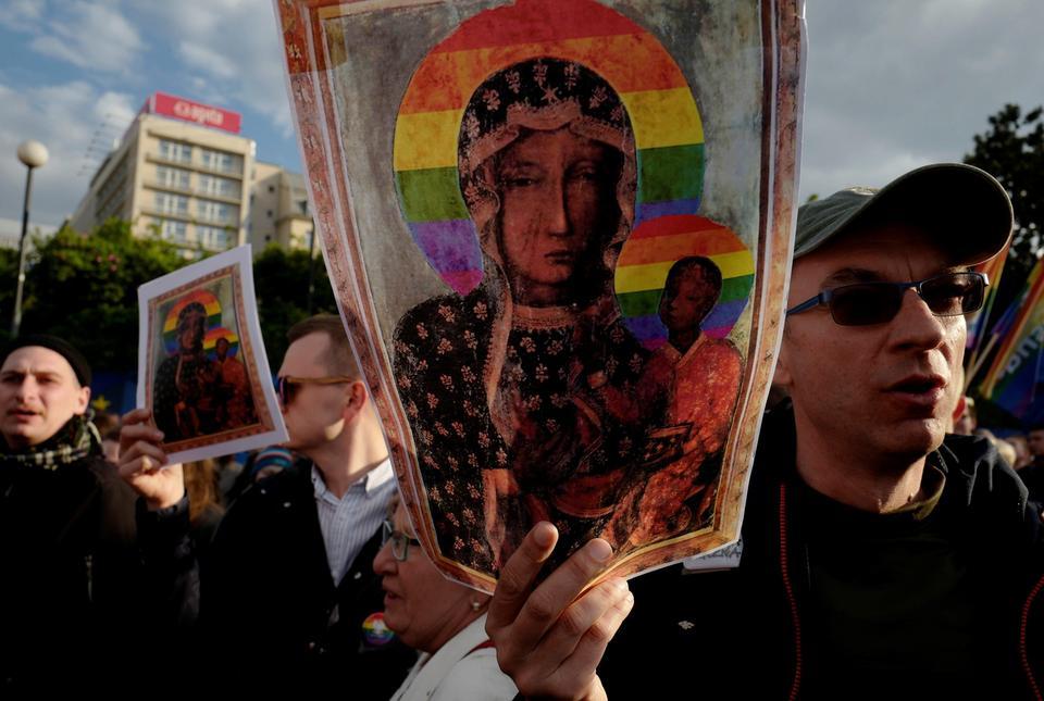 Komorowski zabrał głos ws. Matki Boskiej ztęczową aureolą