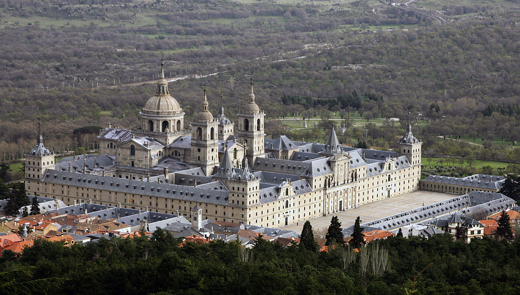 Obraz zawierający trawa, zewnętrzne, budynek, góra  Opis wygenerowany automatycznie