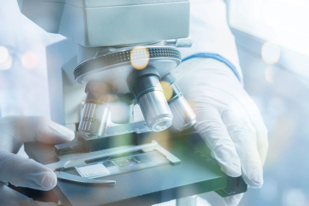 Naukowiec korzystający zmikroskopu