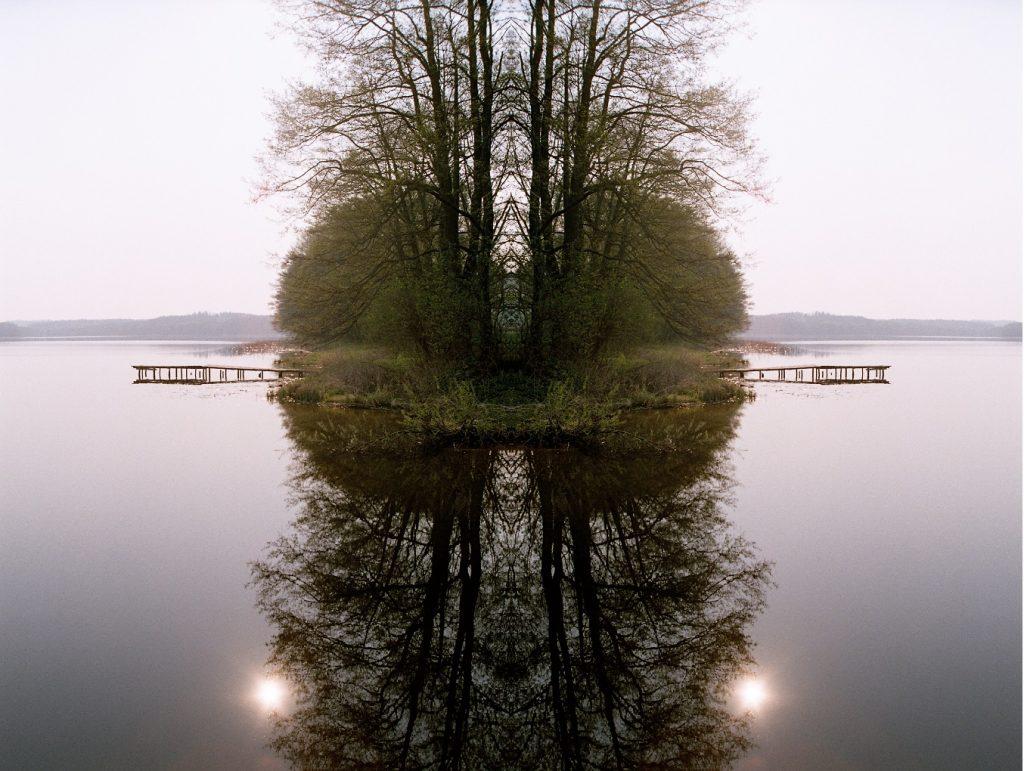 Obraz zawierający woda, drzewo, zewnętrzne, jezioro  Opis wygenerowany automatycznie
