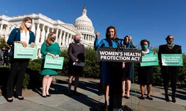 """Może być zdjęciem przedstawiającym 2 osoby, ludzie stoją itekst """"WOMEN'S HEALTH PROTECTION ACT n I"""""""