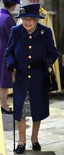Obraz zawierający osoba, odzież, płaszcz  Opis wygenerowany automatycznie
